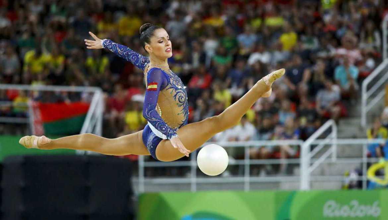 Carolina Rodríguez realizando un salto en su ejercicio de pelota