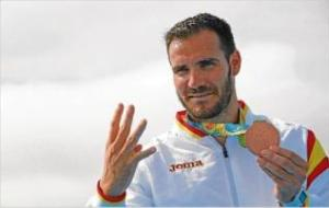 Saúl Craviotto posando con su bronce. (www.diariodegirona.cat)