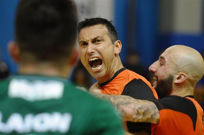 Latino, Moreira y Scola (Futsal Isola) celebran un gol durante el partido ante Kaos. Imagen vía divisionecalcioa5.it