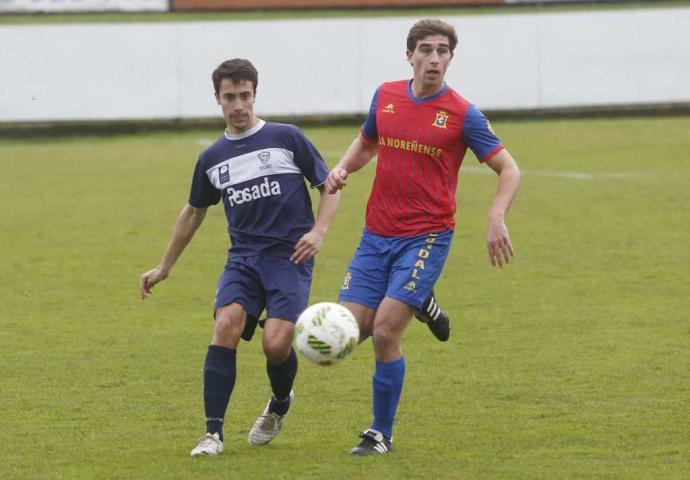 Borja Álvarez, autor de un gol, pugna con Alberto del Condal (Foto: La Nueva España)