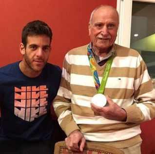 Delpo con su abuelo Francisco y la medalla de plata