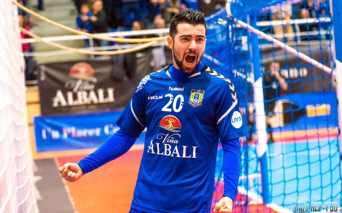 Chino, ala de Viña Albali Valdepeñas, celebrando un gol