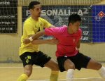 Shimizu, juagor del Córdoba controla un balón