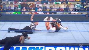 Dominik y Rey Mysterio derrotaron a The Usos en una polémica lucha.