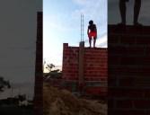 Sarrando na construção