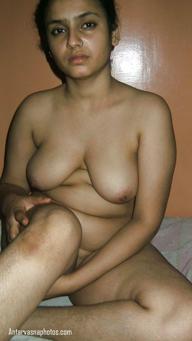 nangi hokar bed me baithi