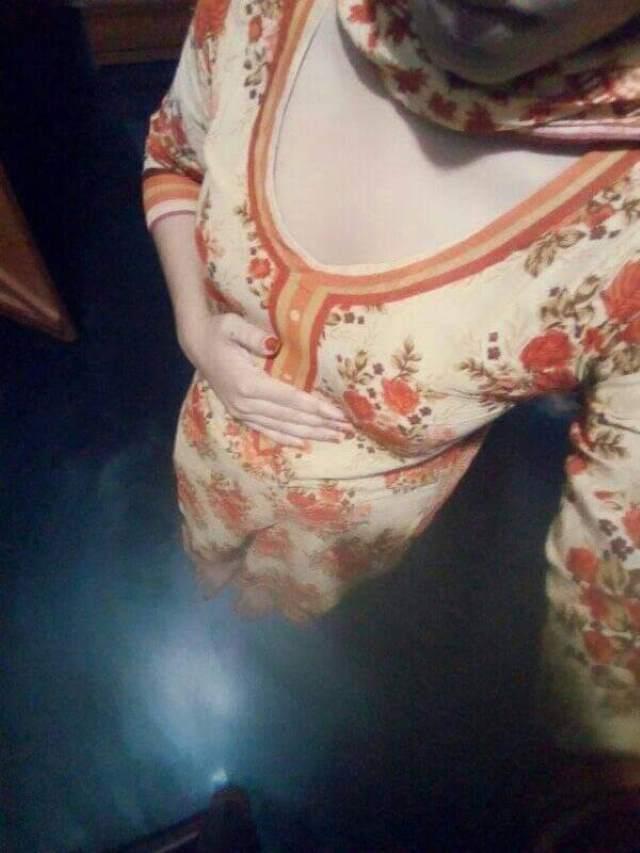 desi girl nude selfie lene wali hai