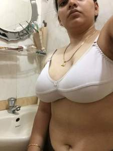 indian bhabhi ke big boobs selfie