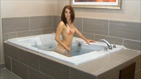 Slim Lilly takes a bath