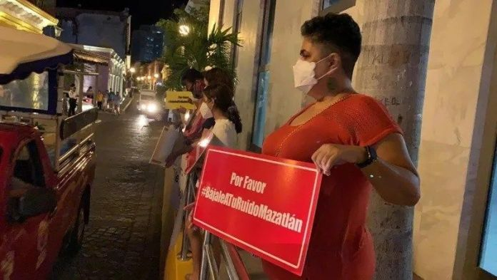 Neighbors of Mazatlán demonstrate in the Historic Center against the noise produced by public transport