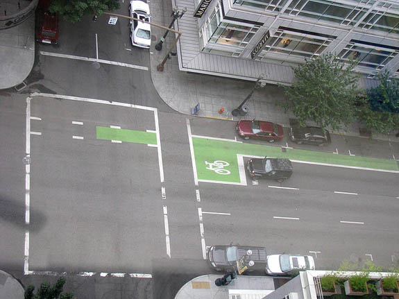 A green bike box and bike lane in Portland. Photo: ##http://www.flickr.com/photos/88364173@N00/3804464399/##Beach650##