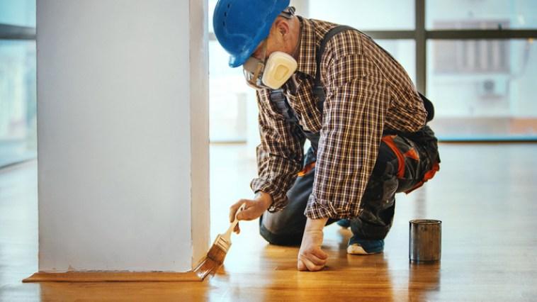 Rayures sur parquet : 9 astuces très efficaces pour les enlever et retrouver un sol parfait !