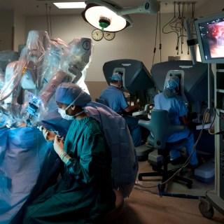 Chirurgia obezitatii in premiera - operatia bariatrica cu robotul da Vinci