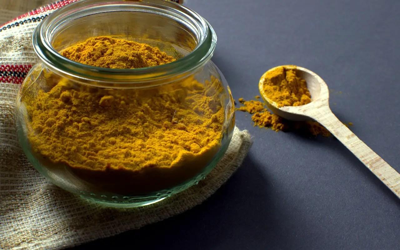 Pasta de curcuma, un remediu eficient pentru cosuri si arsuri solare