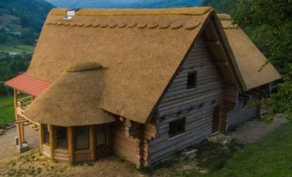 Modele de case din lemn rotund cu mansarda. 3 proiecte reusite