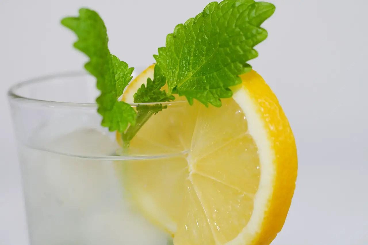 20 de motive pentru a bea apa cu lamaie dimineata pe stomacul gol