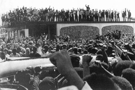 Hundreds more stood on rooftops to salute George Jackson – 8,000 black, white and brown fists in the air. This was the first Black August event. – Photo: Stephen Shames