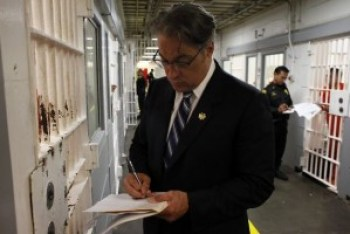Sheriff Ross Mirkarimi talks with prisoners in the seventh floor jail above his office in the Hall of Justice in downtown San Francisco. County Jail 5 is in San Bruno, 15 miles south of the City. – Photo: Lacy Atkins, San Francisco Chronicle