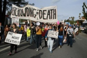 Protesters march against in-custody deaths in Santa Cruz on April 6, 2013. – Photo: Sin Barras