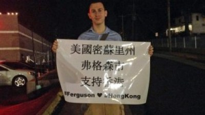 "Keith Rose, a Ferguson protester, created signs that say, ""Stay strong! Hands up, don't shoot! #Ferguson #HongKong"" in both Chinese and English that were on display on the streets of Ferguson Sept 28. – Photo: Amanda Wills, Mashable"