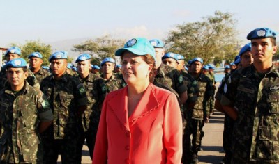 Brazilian President Dilma Rousseff reviews U.N. troops in Haiti. – Photo: Blog do Planalto