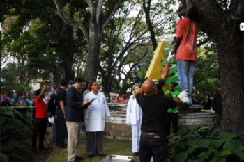 "A crowd gathers as news spreads of the lynching of Henry ""Tulile"" Claude Jean, his body found hanging from a tree in a public square in Santiago, Dominican Republic. Supporters are calling for a tourism boycott. Rest in power, Tulile."