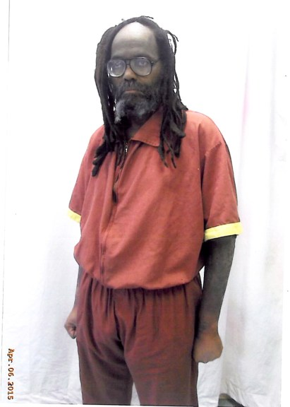 Mumia gathered all his strength for this picture. We MUST give him help to heal – and bring him home!