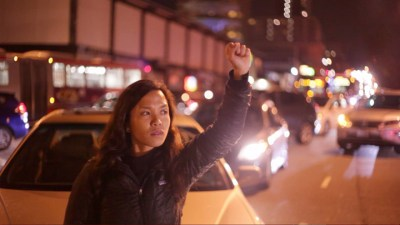 A young protester stops traffic on Geary Street. – Photo: Noémie Serfaty