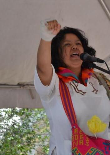 Berta Cáceres rallies a crowd. – Photo: HispanTV
