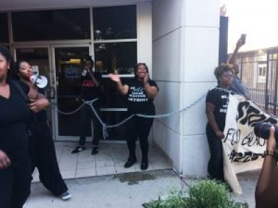 Black Lives Matter activists chain themselves to the Detroit Police Department's Third Precinct. – Photo: @BYP_100, Twitter