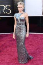 Naomi Watts (Armani Privé). Amei o recorte, os brilhos... Muito elegante.