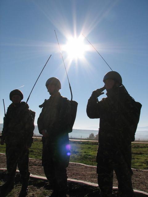 Militari_transmisionisti_in_timpul_misiunii.sized