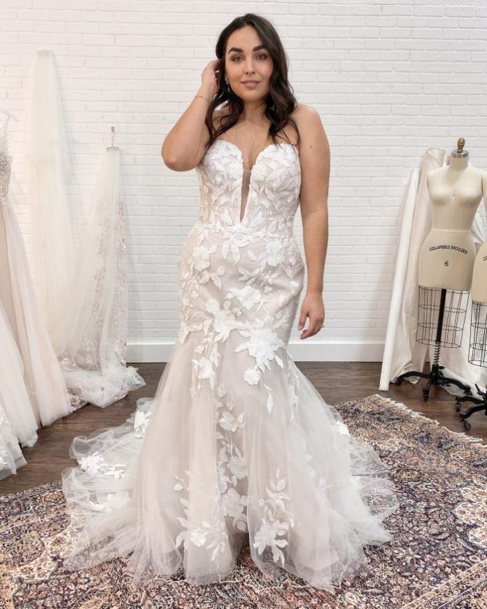 Braut trägt Meerjungfrau Hochzeitskleid Hattie von Rebecca Ingram bei Braut Termin genannt