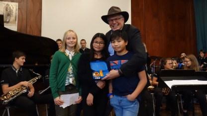 """08.11.2017: Die """"Z-Gang"""" der Klasse 5a überreicht Generalkonsul Jim Herman die SG Lunch Box"""