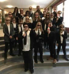 """21.01.2017: Klasse 5b mit Birgit Ladel gewinnt mit dem """"Men In Black"""" Motto den Jogginghosentag der SMV"""