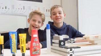 Schüler experimentieren 2017: Paul Kroiß und Leander Pecher mit einem präzisen Kleber-Test: Was hält am besten?