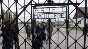 Mai 2017: Der zynische Spruch am Eingang ins KZ