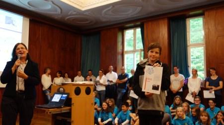 Schulfest, 25.07.2017: Schulleiterin Christiane Dittmann dankt den Preisträgern