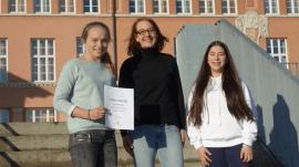 Super in Mathe: Marianna Bopp und Elodie Kamenov mit Abteilungsleiterin Sabine Kroiß (26.01.2017)