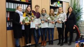 05.12.2017: Meriel Pecher, Carla Bärreiter, David Henze, Sarah Kurz, Maike Huber (alle K1) und Leander Brune (K1 am THG, nicht im Bild) freuen sich über ihr DELF-Diplôme (B1). Katharina Bopp, K2, hat sogar das Niveau B2 erreicht. Die betreuende Lehrkraft Cornelia Kloker und Schulleiterin Christiane Dittmann gratulieren den Schülerinnen und Schülern und wünschen viel Erfolg und viele herzliche Kontakte mit Frankreich.