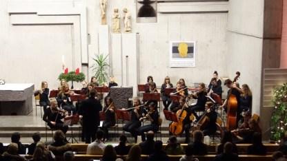 """13.12.2017: Gänsehautstück — das spielfreudige Orchester spielt Pachelbels """"Kanon"""" unter der Leitung von Martin Eisner"""