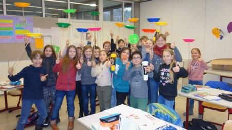 19.12.2017: Die Klasse 5b freut sich über die Kiste mit Jonglage-Spielzeug.