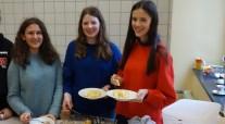 30.01.2018: Die 5.-Klässler sind begeistert: Emma Bärreiter, Julia Zeller und Emilie Jander kochen Kartoffelsuppe und Ofenschlupfer und zeigen wie lecker nachhaltige Ernährung ist