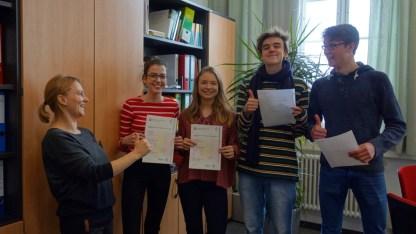 21.02.2018: Tessa Ruoff, Anna Maria Czajkowska, Dylan Lygo und Tobias Kurz freuen sich mit ihrer Lehrerin Andrea Köhnlein über das Cambridge Certificate CAE — Englisch auf Uni-Niveau