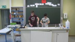 """17.-19.07.2018: Vorsicht beim Mischen! — Teilnehmer des Projekts """"Chemische Showversuche"""" im Chemiesaal"""
