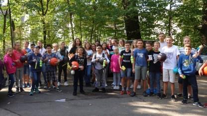 19.09.2018: Die Klassen 5 - 7 freuen sich über Spielzeug für aktive Pausen, überreicht von Mirjam Straub vom Verein der Freunde und Förderer