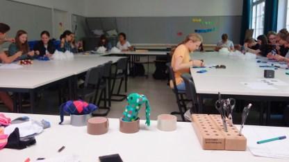19.09.2018: Die Schülerinnen und Schüler der 10b basteln Stofftiere für die Kinder am Zoma Central Hospital