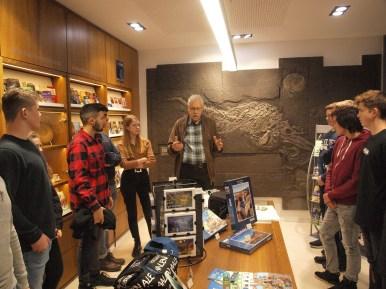 10.12.2017: Im Urweltmuseum erklärt Werner Eisenhardt den Ichthyosaurier