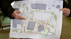 14.12.2018: Herr Kaufmann, der Leiter des Grünflächenamts hat eine Überraschung: Das Konzept des neugestalteten Pausenhofs steht!