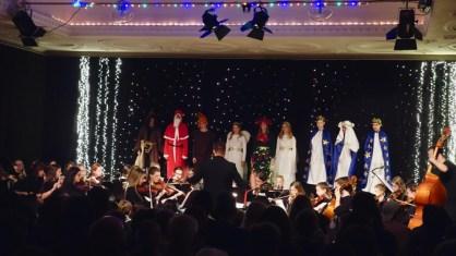 19.12.2018: Die himmlischen Heerscharen der Weihnacht sind begeistert vom Orchester des SG, das Martin Eisner dirigiert